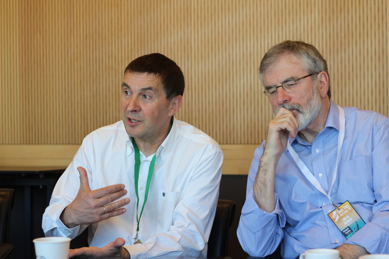 Arnaldo Otegi y Gerry Adams (Fuente: Wikimedia Commons)